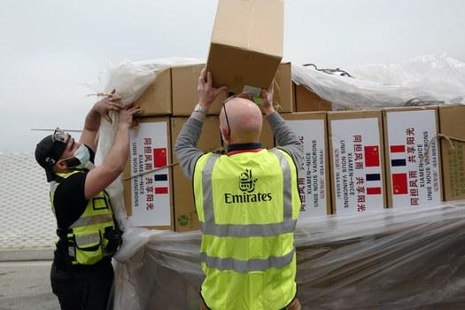 Hình minh hoạ. Nhân viên sân bay kiểm tra hàng đến từ Trung Quốc bao gồm khẩu trang tại sân bay ở thành phố Nice, Pháp hôm 13/4/2020