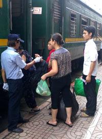 Hành khách chuẩn bị lên chuyến tàu Thống Nhất