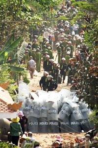 Hàng ngàn công an, cảnh sát cơ động, bộ đội được huy động đến xã Xuân Quan, huyện Văn Giang, tỉnh Hưng Yên hôm 24-04-2012 để cưỡng chế 70 hecta đất xây dựng khu đô thị Ecopark. Citizen photo.