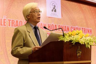 Giáo sư Chu Hảo, Phó chủ tịch Quỹ Văn hóa Phan Châu Trinh phát biểu trong lễ trao giải lần thứ 10.