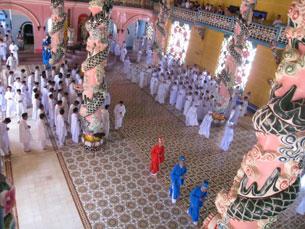 Một buổi lễ trong Thánh Thất Cao Đài Tây Ninh. ảnh minh họa