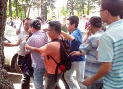 Cảnh bắt bớ, đàn áp tại buổi dã ngoại vì nhân quyền hôm 05/5/2013 ở Sài Gòn. Courtesy HuynhNgocChenhBlog.