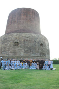 Đoàn hành hương thăm tháp Dhamekh ở Sarnath trong tiếng Ấn Độ nghĩa là vườn lộc uyển hay vườn nai, nằm cách thành phố Varanasi, bang Uttar Pradesh của Ấn Độ 13km về phía Đông Bắc. Hình do đoàn hành hương cung cấp.