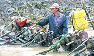 Nông dân xã Tân Lộc, huyện Thới Bình, tập trung bơm xả nước để gieo sạ lúa. Source camauonline