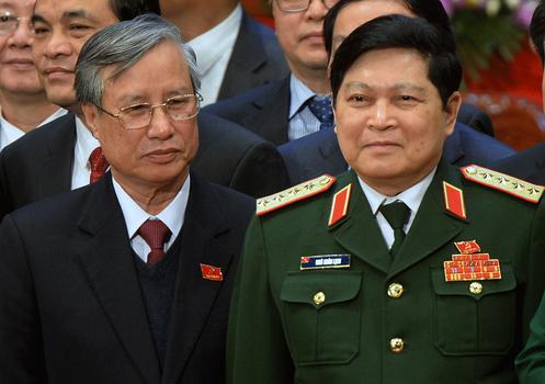 Ông Trần Quốc Vượng, Thường trực Ban bí thư (trái) và Bộ trưởng Quốc phòng Ngô Xuân Lịch (phải) tại lễ bế mạc đại hội đảng 12 ở Hà Nội hôm 28/1/2016