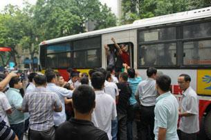 Công an, an ninh bắt những người biểu tình chống TQ lên xe buýt tại Hà Nội sáng 21-08-2011. Courtesy Danlambao.