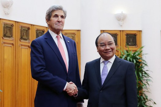 Ngoại trưởng Mỹ John Kerry (trái) bắt tay với Thủ tướng Việt Nam Nguyễn Xuân Phúc (phải) tại Văn phòng Chính phủ Hà Nội vào ngày 13 tháng 1 năm 2017.