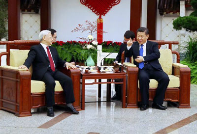 Chủ tịch Trung Quốc Tập Cận Bình (phải) và Tổng Bí thư Đảng Cộng sản Việt Nam Nguyễn Phú Trọng (trái) hội đàm tại Bắc Kinh ngày 12 tháng 1 năm 2017.