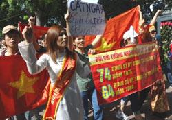 Người dân biểu tình chống TQ tại Hà Nội hôm 24/07/2011. AFP PHOTO.