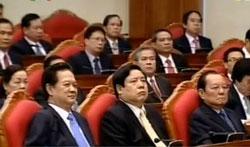 Thủ tướng Nguyễn Tấn Dũng (ngoài cùng bên trái) trong ngày bế mạc Hội nghị TW 6.