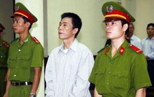 Nhà thơ Trần Đức Thạch trong phiên tòa tại Hà Nội hôm 8-10-2009. RFA file photo
