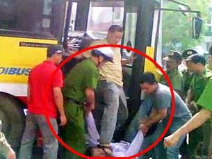 Biểu tình chống Trung Quốc cũng bị đánh (trong ảnh anh Nguyễn Chí Đức bị công an đạp vào mặt)