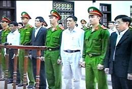 Các quan chức Tiên Lãng nghe tuyên án vào sáng 10/4. Screen capture