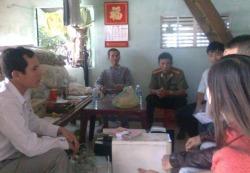 Gia đình nhà văn Huỳnh Ngọc Tuấn bị CA khám nhà. Photo: Facebook Trầm Tử
