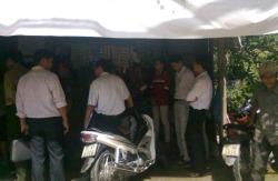 Công an đứng vòng trong vòng ngoài xét nhà nhà văn Huỳnh Ngọc Tuấn hôm 08/11. Photo courtesy of danlambao