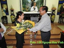 Giáo dân Thái Hà tặng hoa Lê Thị Công Nhân hôm 19/3/2010. Photo: JB Nguyen Huu Vinh
