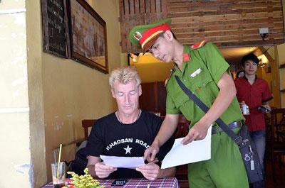 Công an hướng dẫn du khách trên tờ rơi. Photo courtesy of giaoduc.net