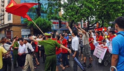 Những người biểu tình chống Trung Quốc tuần hành về phía Đại sứ quán Trung Quốc tại Hà Nội ngày 01 tháng 7 năm 2012.