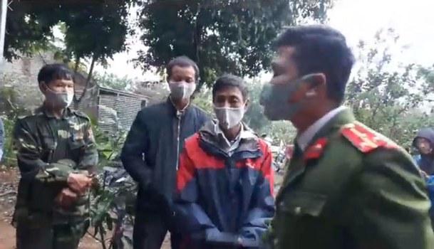 Công an thường phục, cảnh phục, cảnh sát cơ động đến sách nhiễu gia đình nhà nhà hoạt động vì quyền lợi dân oan mất đất Cấn Thị Thêu và con trai Trịnh Bá Tư hôm 17/3/2020.