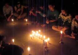 Giáo dân tập trung cầu nguyện ở nhà thờ Thái Hà đêm 16 rạng 17/11/2011. Photo courtesy of congdoanvinh.com