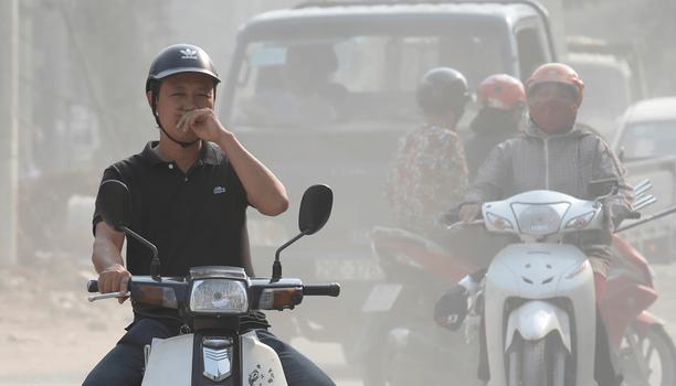 Hình minh họa. Hình chụp hôm 1/10/2019: người dân che mũi khi đi trên đường phố đầy bụi ở Hà Nội