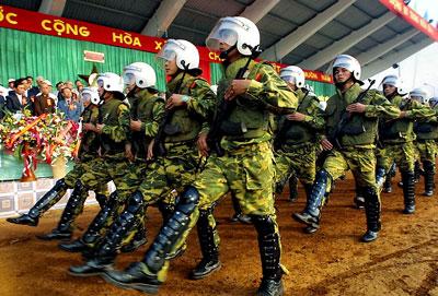 Lực lượng cảnh sát chống biểu tình diễu hành