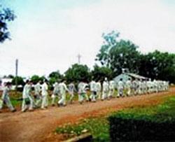 Các tù nhân trại giam Xuân Lộc đi lao động. Screen capture