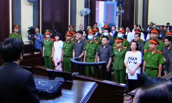 Quang cảnh phiên tòa, ngày 27/12/17 xét xử nhóm 16 người bị cáo buộc dùng bom xăng tấn công tại Sân bay Tân Sơn Nhất.