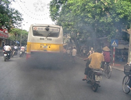 Hiện nay vẫn còn nhiều xe ô tô, xe máy xả khói gây ô nhiễm môi trường...Nguồn baoyenbai.com