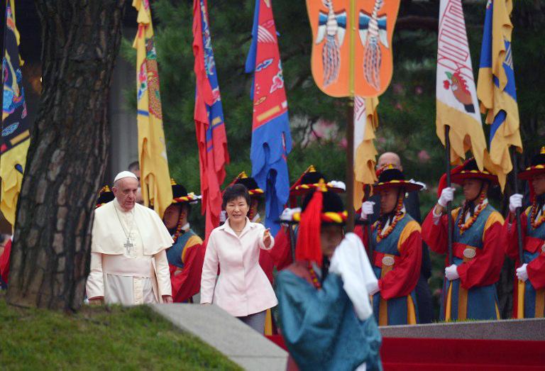 Tổng thống Hàn Quốc Park Geun-Hye (giữa) tiếp đón Đức Giáo Hoàng Phan xi cô (trái) trong buổi lễ chào đón tại Nhà Xanh của tổng thống tại Seoul vào ngày 14 tháng 8, năm 2014 .