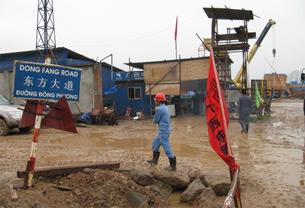 Thậm chí người Trung Quốc còn đặt nhiều tên đường VN bằng tiếng Hoa. Ảnh: đường Dong Fang, được tập đoàn điện khí Dong Fang Trung Quốc, trúng thầu xây dựng nhà máy nhiệt điện Hải Phòng, đặt tên. Ở công trình này, tên các con đường nội bộ đều do nhà thầu Trung Quốc đặt.