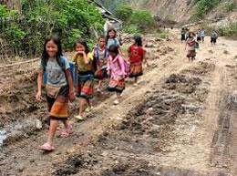 Những trẻ em vùng cao Sơn La trên đường đến trường. daidoanket
