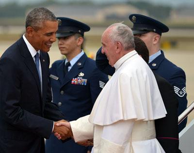 Tổng thống Mỹ Barack Obama (trái) chào đón Đức Giáo Hoàng Francis (phải) ngày 22 tháng 9, 2015 tại căn cứ không quân Andrews ở Maryland