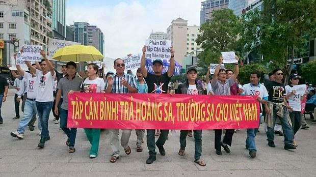 15h00 hôm nay, Thứ Tư (4.11.2015), trước ngày ông Tập Cận Bình chủ tịch nhà nước Trung Quốc đến Việt Nam , dân Sài Gòn đã biểu tình phản đối tại trung tâm thành phố.