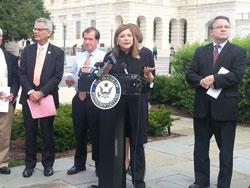 Dân Biểu Liên Bang Loretta Sanchez phát biểu tại cuộc họp báo về nhân quyền VN bên ngoài tòa nhà Quốc Hội Mỹ, sáng 23/7/2013. RFA PHOTO.