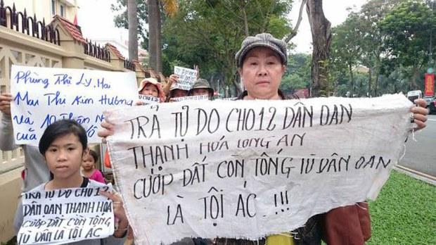 Do bị CA chặn đường không thể về Thạnh Hóa (Long An) tham dự phiên tòa, chị Trần Ngọc Anh cùng nhiều dân oan khác đã bất ngờ xuất hiện tại trung tâm Sài Gòn để tuần hành và giơ cao những biểu ngữ đòi trả tự do cho 12 Dân Oan