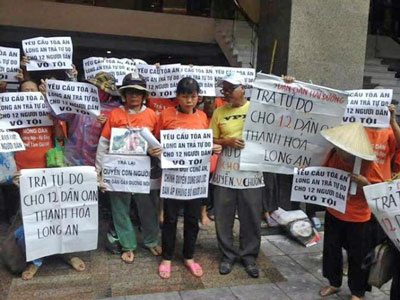 Tại Hà Nội, do không có điều kiện về địa điểm xử án nên dân oan Cấn Thị Thêu đã cùng dân oan ba miền tập trung tại trụ sở Bộ công an đưa biểu ngữ kêu gọi trả tự do cho các bị cáo biểu thị sự hiệp thông.