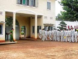 Các tù nhân đi làm về đang nhập trại (minh họa) Báo CA