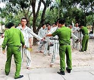 Công an trại giam thường xuyên kiểm tra ngăn chặn phạm nhân đi lao động mang vật cấm về trại.