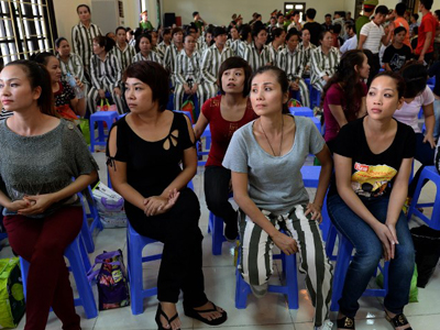 Các tù nhân nữ trút bỏ bộ quần áo tù và đang chờ nhận lệnh được trả tự do tại một nhà tù ở ngoại ô Hà Nội hôm 31 tháng 8 năm 2015.