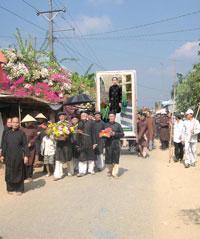 Diễn hành ăn mừng ngày Đản sinh của Đức Huỳnh Giáo Chủ năm 2011. File photo.