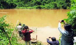 Các nhà khoa học quay phim chụp ảnh Khu vực dự kiến xây dựng thủy điện Đồng Nai 6 và 6A. Photo courtesy Xuân Hoàng/nld