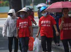 Nông dân Dương Nội trong một lần lên thành phố Hà Nội khiếu kiện về đất đai. AFP photo