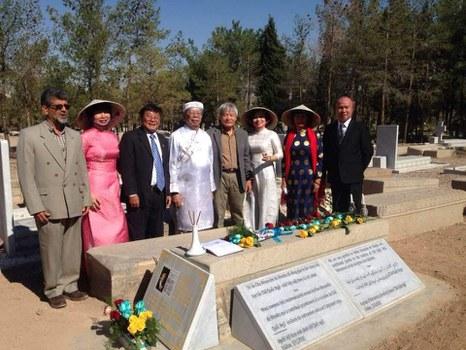 Giáo sư Nguyễn Đăng Hưng mặc áo dài (thứ 4 từ trái sang) trong ngày đặt bia vinh danh giáo sĩ Alexandre de Rhodes, ở Iran năm 2019.