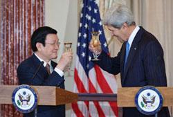 Ngoại trưởng Mỹ John Kerry và Chủ tịch Việt Nam Trương Tấn Sang (T) tại Bộ Ngoại giao Hoa Kỳ ở Washington, DC trưa 24/7/2013. AFP PHOTO.