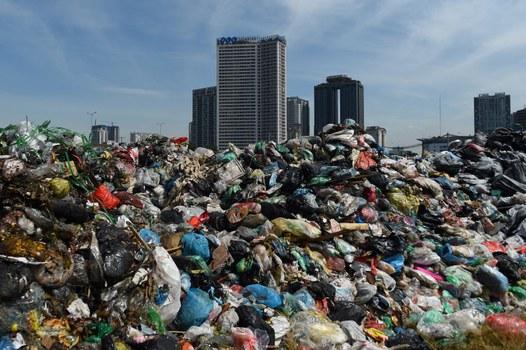 Rác chất thành đống tại bãi rác tạm gần các tòa nhà cao tầng ở trung tâm thành phố Hà Nội vào ngày 17/7/2020.