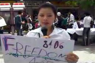 Một ủng hộ viên của Khối 8406. Hình chụp từ youtube.