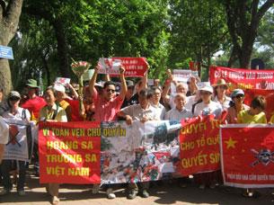 """Đoàn người biểu tình qua đường, bắt đầu đi vòng quanh hồ, vừa đi vừa hát bài """"Dậy mà đi"""". Source anhbasam"""