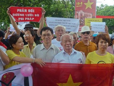 Giáo sư Nguyễn Huệ Chi và Nhà văn Nguyên Ngọc trong đoàn biểu tình chống Trung Quốc tại Hà Nội ngày 14-08-2011. Courtesy NguyenXuanDien.