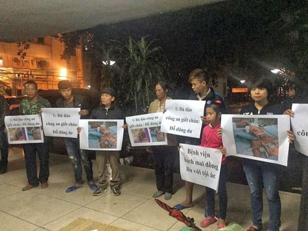 Gia đình đòi công lý cho em Dư trước nhà xác bệnh viện Bạch Mai.